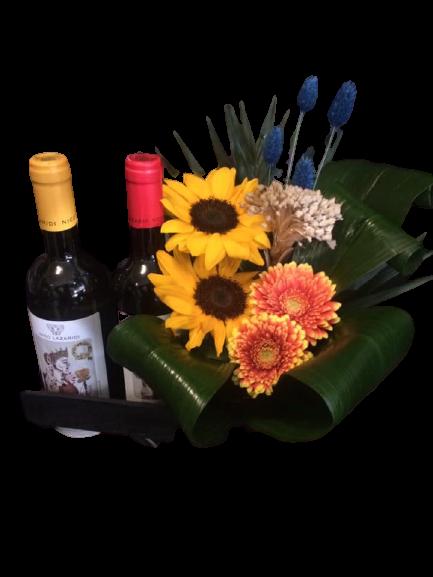 σύνθεση με λουλούδια και κρασιά